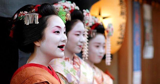 4. Japon kadınlarda siyaha boyanmış dişler, çığ gibi büyüyüp giden bir furyaya dönüştü.