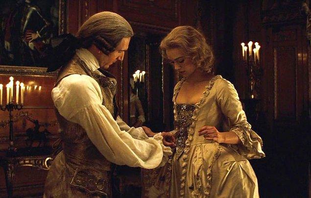 18. Edward Dönemi'nde kadınlardın korselerle kendilerine kamburumsu bir duruş sağlaması oldukça trendi.