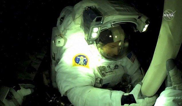 Yer çekimi bulunmayan ortamda astronotlar 6 saat boyunca güneş paneli montajı yaptı.