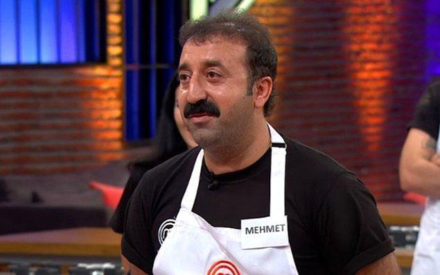 """Her konuda """"O iş bende"""" dese de pek de onda olmayan ama şimdilerde özellikle TikTok'ta insanlara şırdan yedirmesiyle sık sık gördüğümüz Mehmet'i unutmadınız varsayıyoruz."""