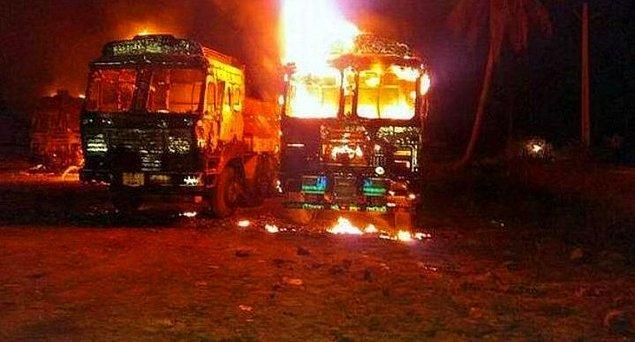Bunun yanında eyleme geçenler de var tabii. Mesela 2018'de çekilen bu görüntüde mafyanın kamyonlarını yakan Maoist gerillalar, kum mafyasının bölgede yaşayan halkı silah zoruyla...