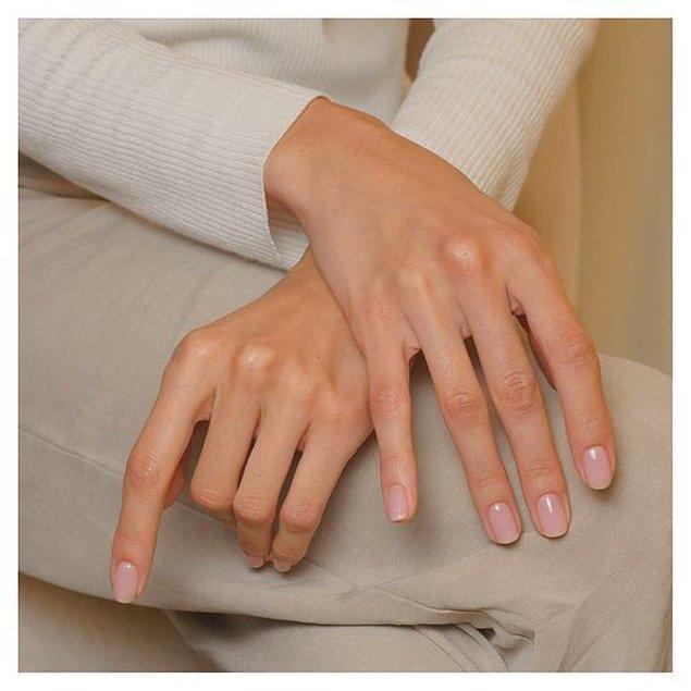 9. Sık oje kullanımı sonrası sararan tırnaklarınız için sararma önleyici cila kullanmayı deneyebilirsiniz.