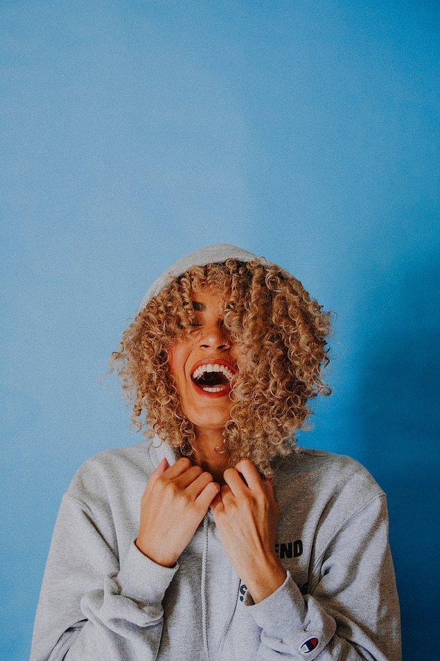 4. Bukleli saçları olan kadınlara karşı bir hayranlığımız var.