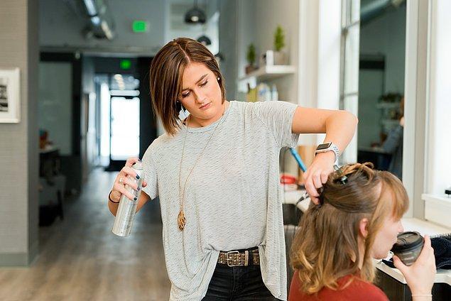 9. Sprey kullanmayı çok sevmesek de yaz aylarında ter ve sıcakla daha hızlı bozulan saçları uzun süre kullanmak için sprey şart!