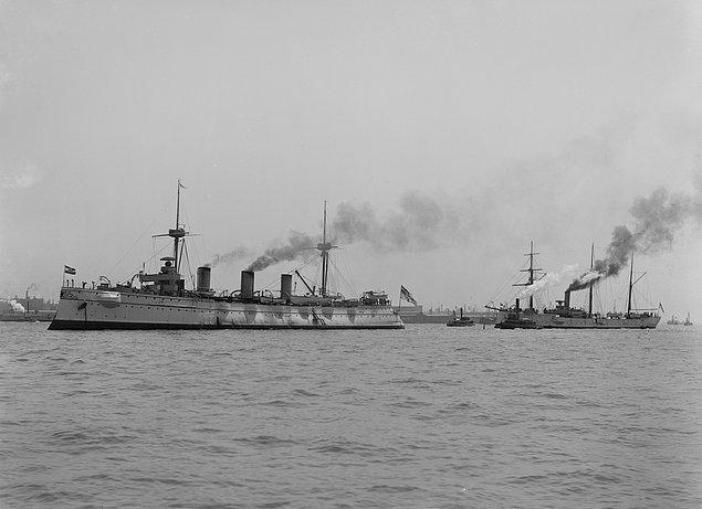 Bir Alman gemisinde çalışmaya başlayan Pettersson için her şey normal ilerlerken 1904 yılına birkaç gün kala gemi Pasifik Okyanusu'nda battı.