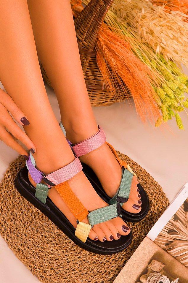 1. Sandalet mevsimi bitmeden bu sezonun moda sandaletini indirimden alın.