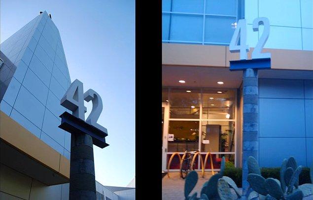 Google merkez kompleksine taşınırken yerleştiği ilk binanın adını 42 yaptı. Cern laboratuvarlarında yine aynı isimli bir ofis binası bulunuyor.