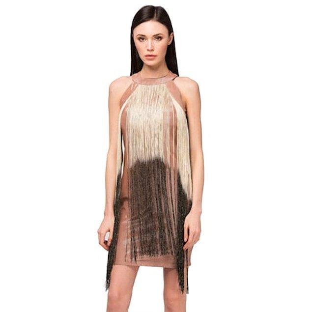17. Püskül detaylı elbise, mezuniyet partisinde dans ederken dikkatleri üzerine çekmek isteyenler için.
