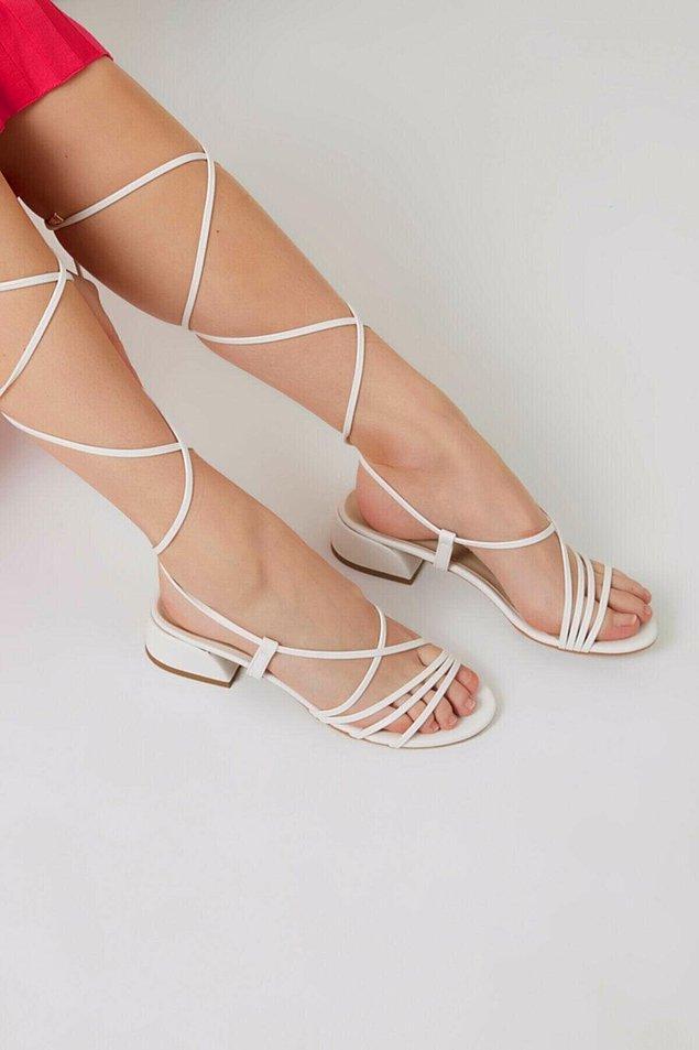 8. Bir başka ip detaylı beyaz sandalet;