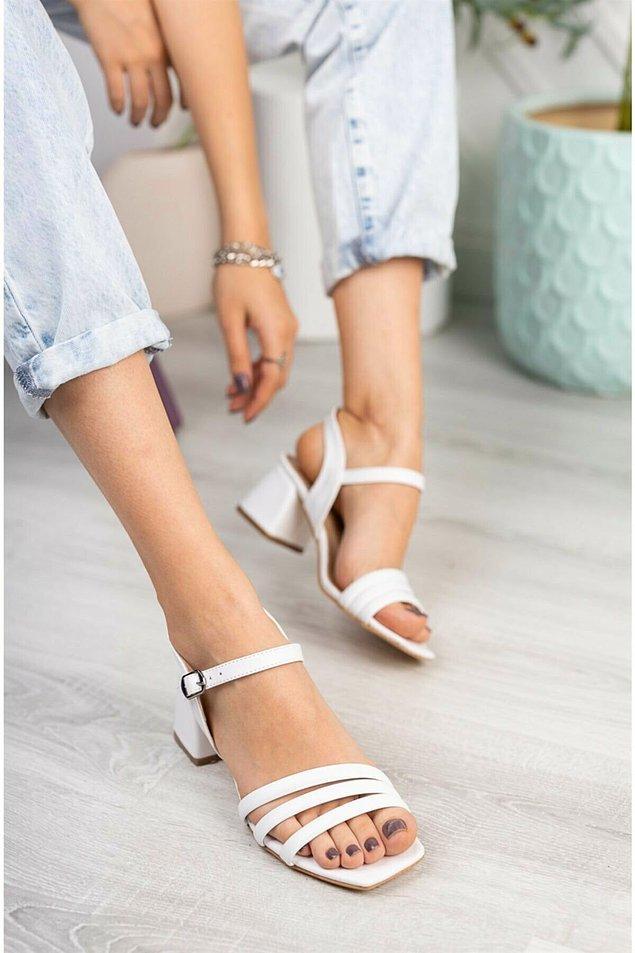 10. Beyaz, kısa kalın topuklu sandalet