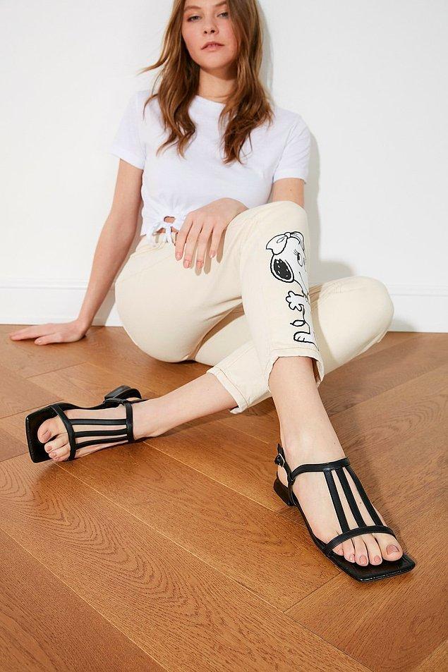 18. Küt burunlu siyah sandalet;