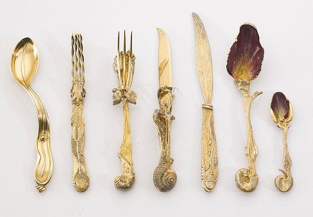 Salvador Dalí'nin bu çatal bıçak takımı 1957'de yapıldı. Ressam, çoğunlukla sürrealist resimlerinden dolayı anılıp onurlandırılsa da artık daha az bilinen eserlerinin de kamuoyunda öne çıkarılması gerekiyor.