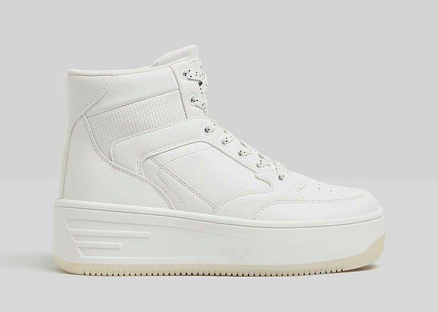 3. Beyaz spor ayakkabıların modası asla geçmez.
