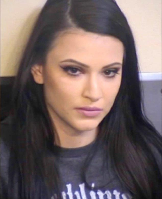 Olayın ardından genç kadın yaşanan durumun ağır suç teşkil etmesi ve hapishanede uyuşturucu ve alkol barındırmaktan dolayı yargılandı.