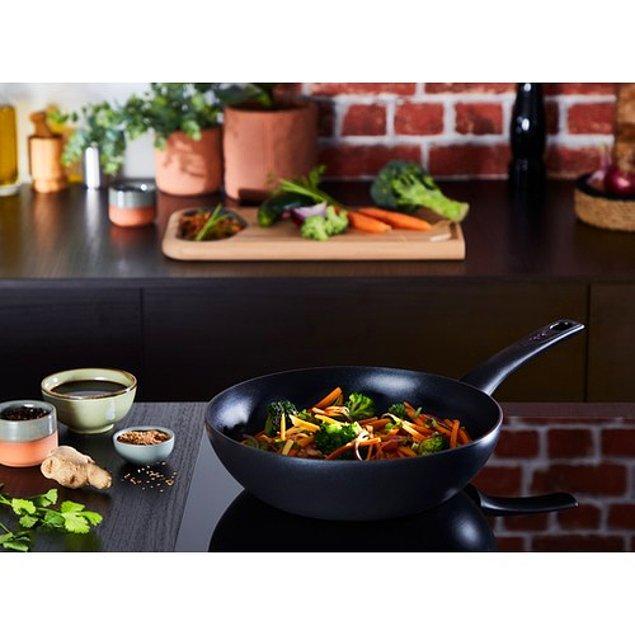 6. Tefal Wok 28 cm ile usta bir şefle yarışacak sos ve soteler hazırlayabilirsiniz.