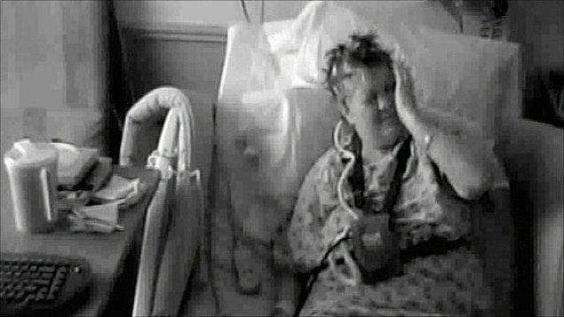 Sol eli Karen'a tokat atmaya ve gömleğinin düğmelerini açmaya başladı. Ne kadar kontrol etmeye çalışsa da, eli üzerindeki hakimiyetini yitirmişti. Sol bacağıysa Karen'ı daireler çizerek yürümeye zorluyordu.