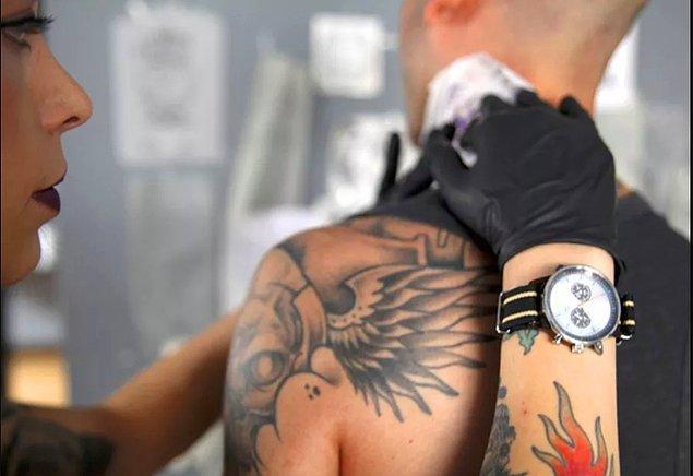 """16. """"Dövme sanatçılarının düzenli bir maaşı olmuyor. Eğer gün içinde dövme yaptırmaya gelen olmazsa para kazanamıyorsunuz."""""""