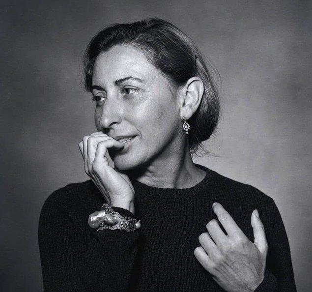 7. Prada, 1988'de marka tarihinde ilk kez Milano Moda Haftası'nda kadınlar için giyim koleksiyonunu tanıtmıştır.