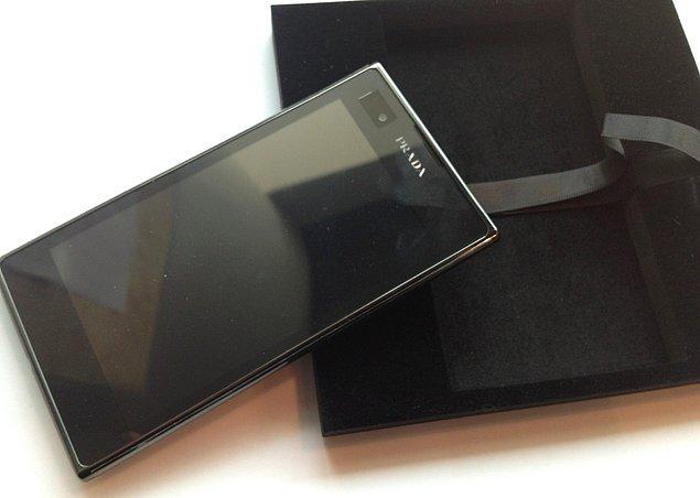 """12. 2007'de Prada ile LG işbirliğinde piyasaya sürülen LG """"Prada Phone"""", tamamen dokunmatik ekranlı olan ilk telefon olmuştur. Bu telefon, iPhone'dan 6 ay önce piyasaya sürülmüştür."""