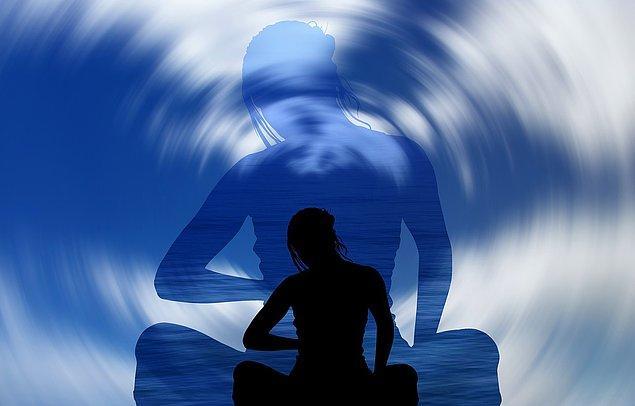 Çünkü bence meditasyon tamamen her şeyden sıyrılıp kendinle kaldığın halinin bilinçle ele alınma şekillerinden en güzeli. Sana aktaracağım bir sürü çeşidi var. Hadi gel derinleşelim.