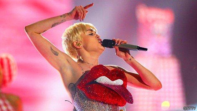 Hatta belki hatırlayanlarınız olacaktır geçtiğimiz günlerde Miley Cyrus kendi konserinde 'Britney'e Özgürlük' gibi çarpıcı sloganlar bile atmıştı.