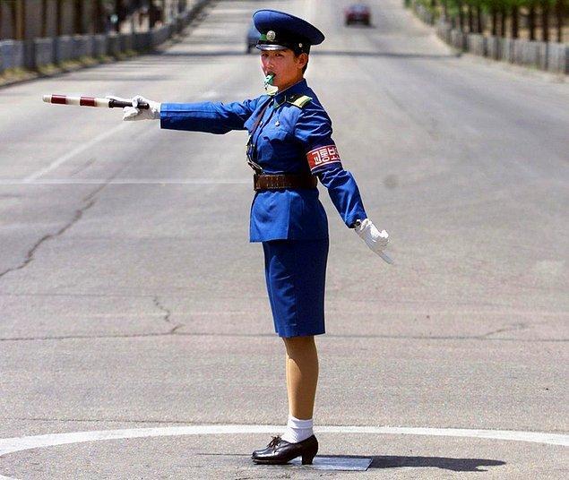 12. Ülkede trafik ışıkları dışında trafik akışını, kavşaklar dahil, çoğu kadın olan trafik polisleri sağlıyor.