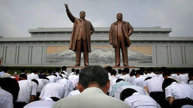 14. İlk iki liderin fotoğrafının bulunduğu posterler, resimleri ya da heykellerinin önünden yürürken, durup eğilerek saygı göstermek zorundalar.