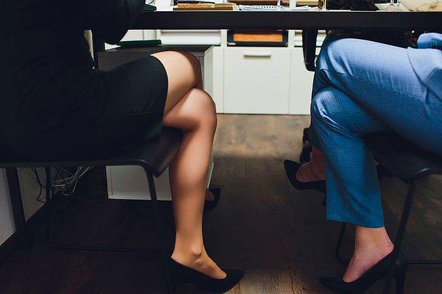 """11. """"Üniversiteden yeni mezun olduğumda bir iş görüşmesine gitmiştim. Mülakat boyunca işveren bacaklarıma baktı ve külotlu çorap giymem gerektiğini söyledi."""""""