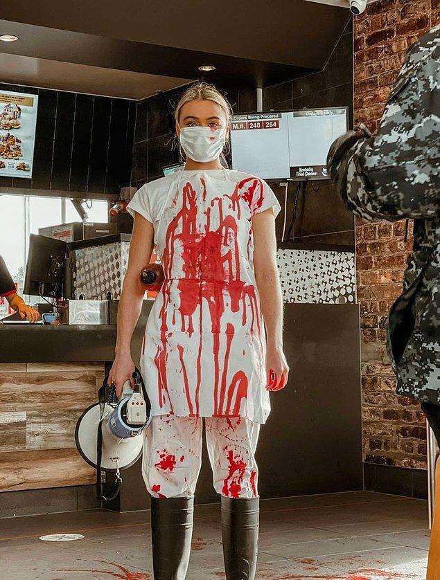Topluluğun, kanı temsili olarak yerlere kırmızı boya sıkıp sloganlar atması sosyal medyayı ikiye böldü.