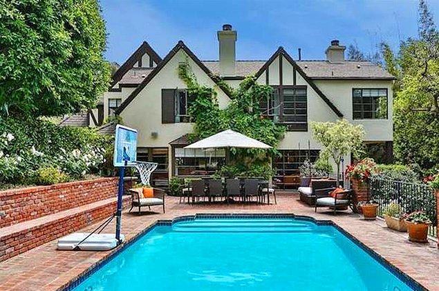 Kendisi sanıyoruz burayı çok sevdiğinden hemen yanındaki evi de 10 milyon dolara satın almış.