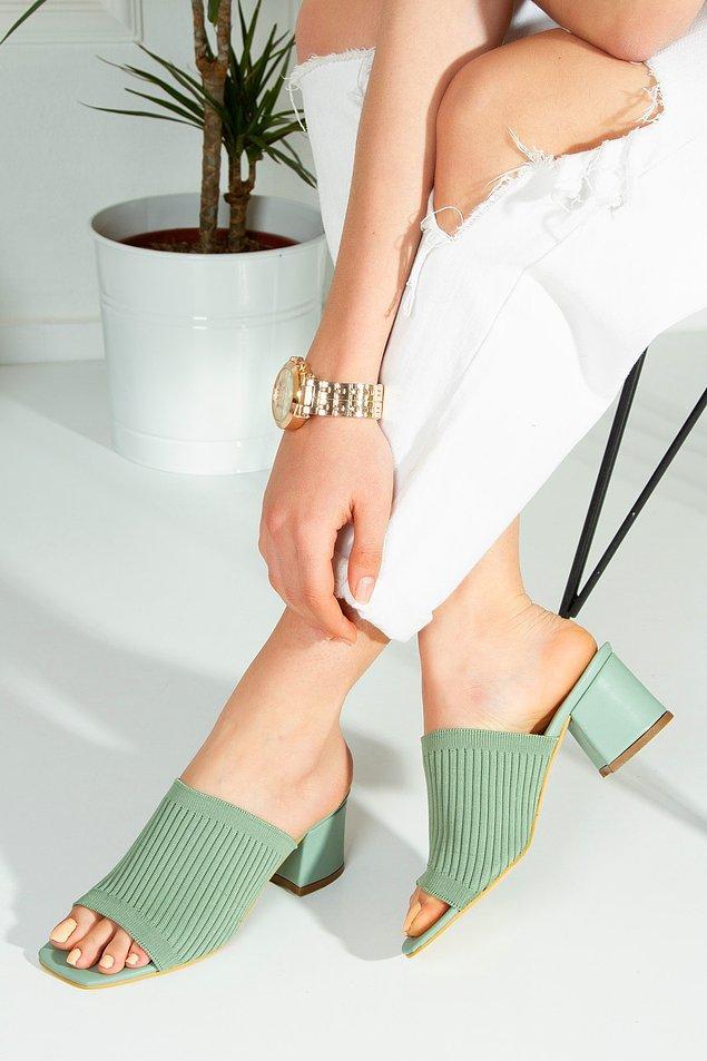 2. Yeşil renk triko terlik, kalın topuklu ayakkabılardan hoşlananlar için.