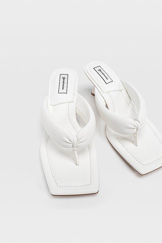 8. Stradivarius marka beyaz parmak arası topuklu sandalet yaz akşamlarınızın vazgeçilmezi olmaya aday...