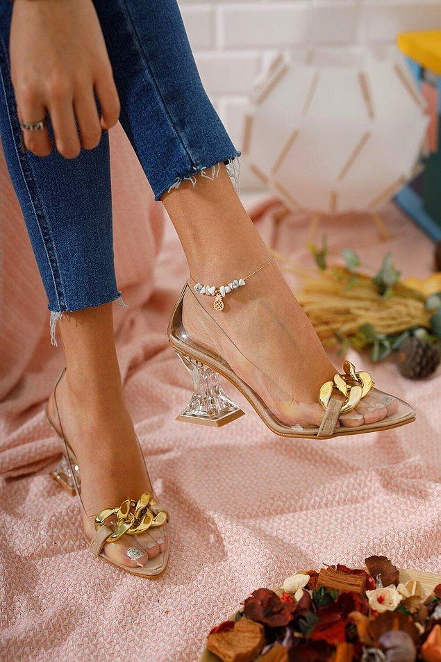 1. Şeffaf topuklu ayakkabı, zincir detayı ile çok şık... Elbise, etek, şort ve jeanlerinizle rahatlıkla kombinleyebileceğiniz bir model.