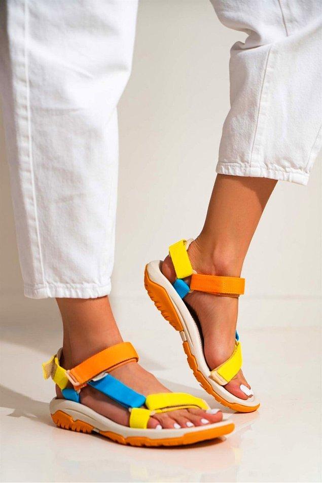 15. Bu sandaletler bu sezon çok moda biliyorsunuz. Rengarenk bantlı sandalet ile etrafa çok güzel bir enerji yayacağınız kesin.