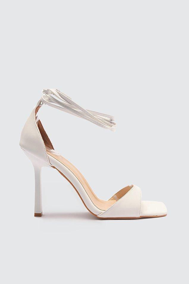 12. Küt burunlu bilekten bağlamalı klasik topuklu ayakkabı arayışında olanlar için uygun fiyatlı ve de şık bir model Milla'dan geliyor.
