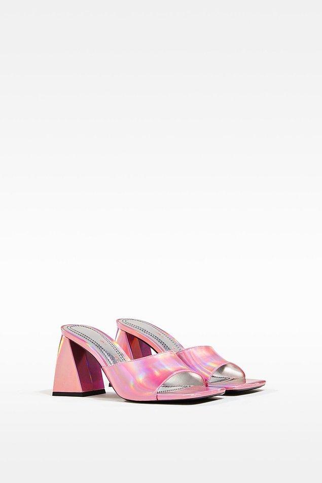 7. Yanardöner insanları sevmeyiz ama ayakkabılara hayır demeyiz. Rengi olsun, topuğu olsun çok tatlı bir ayakkabı modeli, yine Bershka'dan...