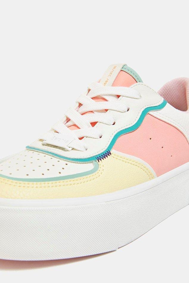17. Beyaz ağırlıklı pastel tonlarda renklere sahip bu sneaker Bershka'nın en çok beğenilen spor ayakkabı modellerinden biri.