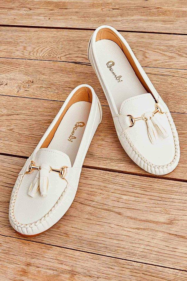 11. Beyaz loafer ayakkabı da yazın tarzını konuşturmak isteyenler için gelsin.