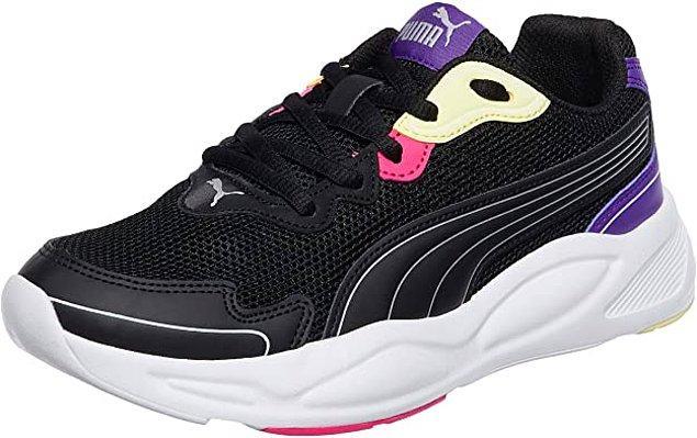 20. Renk detayları ve siyah ana rengi ile çok şık bir Puma spor ayakkabı.