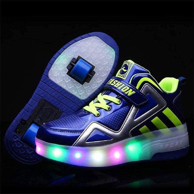 21. Bu ayakkabılarla dostu düşmanı herkesi ayaklarınıza baktıracağınız kesin. Hem ışıklı hem de tekerlekli... Hızı sevenler için :)