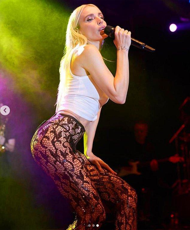 1. Ünlü şarkıcı Gülşen'in konserde giydiği kıyafet olay oldu!