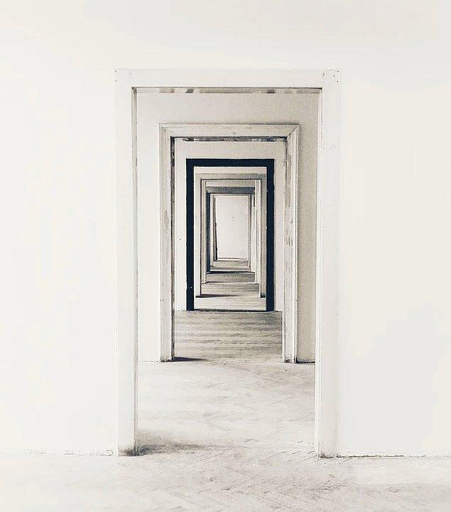 """3. Bir odaya ne için girdiğimizi oraya varır varmaz unuturuz. Bu durum """"Kapı etkisi"""" denen bir şey yüzünden. Kapıdan geçme eylemi, çevrenizi ve ortamınızı değiştirdiğinizi belirttiği için size ne düşündüğünüzü unutturur."""