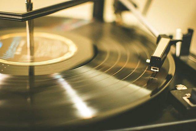 """4. İnsanlar lisede en çok dinledikleri müziği sanki yıllar geçse de hâlâ çok seviyormuş gibi hissederler. Çok sevdiğiniz müzikler sizi dopamin ve diğer """"iyi hissettiren kimyasallar"""" ile etkilerler. 12-22 yaş arası her şey daha önemli gelir, bu yüzden en çok o yılları vurgulamaya ve o müzikal hatıralara tutunmaya çalışırız."""