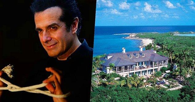 1. İllüzyonist David Copperfield'ın Güney Bahamalar'da Musha Cay isimli 50 milyon dolar değerinde 700 dönümlük özel bir adası var.