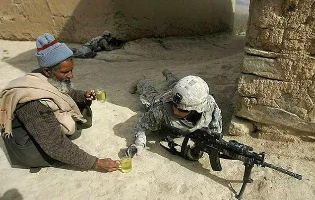 3. 2009 yılında Afganistanlı bir adam Amerikalı askere bir bardak çay veriyor.