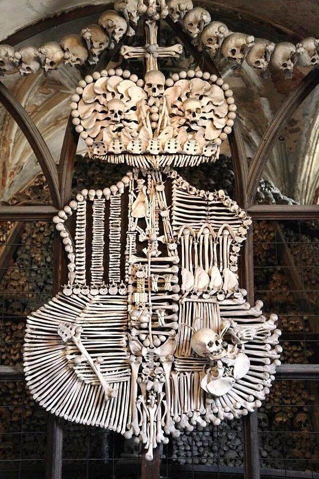 9. Çek Cumhuriyeti'ndeki Sedlec Kilisesi'nde yer alan insan kemiklerinden yapılmış bir kalkan: