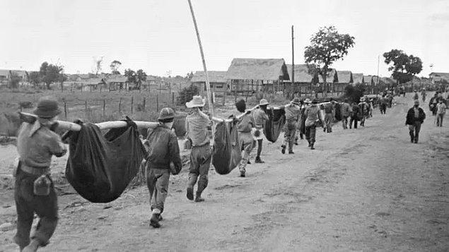 13. Savaş sonrası askerler, hayatlarını kaybetmiş yoldaşlarını taşıyor.