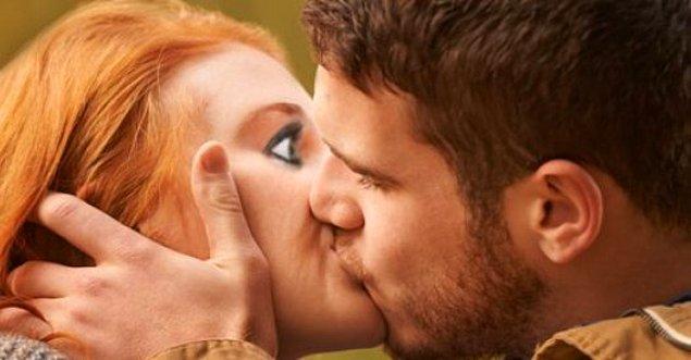 Gözler kapalı haldeyken duyguların daha yoğun yaşandığı ve öpüşmeden daha fazla zevk alınması durumu, gözlerin otomatik olarak kapanmasına neden olur.