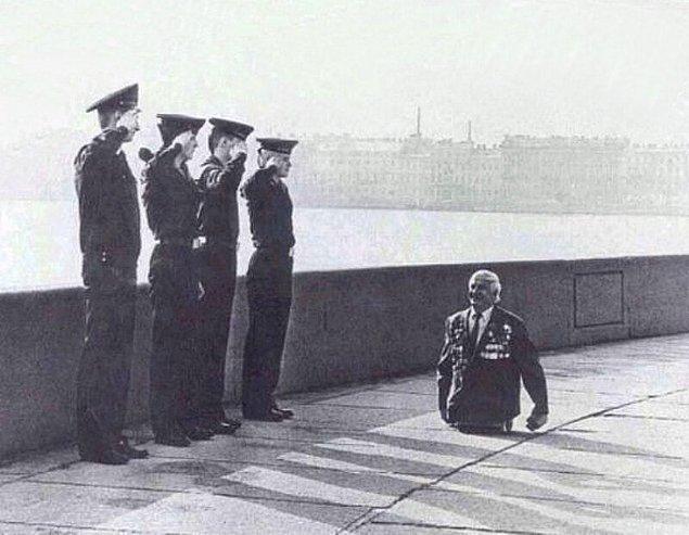 12. Sovyetler Birliği döneminde bir gazi, askerleri selamlıyor.