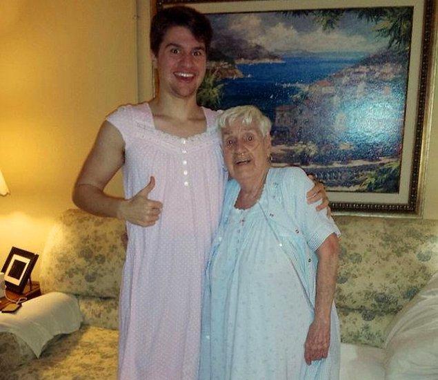 19. Tedavi aldığı için hiç sevmese de gecelik elbise giymek zorunda kaldığı babaannesine destek olmak için onunla uyumlu giyinen torunu: